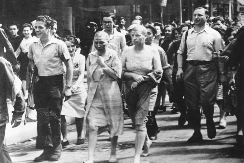 Französinnen, die der Kollaboration mit den .....en während der Besetzung beschuldigt sind, werden entehrt und durch die Strassen Paris geführt. Barfuss, Brandmale im Gesicht, den Kopf kahl geschoren.